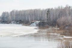 Lód topi na rzece Icebreaker na rzece Mnóstwo lód unosi się wzdłuż rzeki Lód topi Zdjęcie Royalty Free