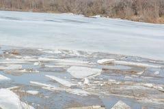 Lód topi na rzece Icebreaker na rzece Mnóstwo lód unosi się wzdłuż rzeki Lód topi Fotografia Royalty Free