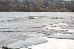 Lód topi na rzece Icebreaker na rzece Mnóstwo lód unosi się wzdłuż rzeki Lód topi Obraz Stock