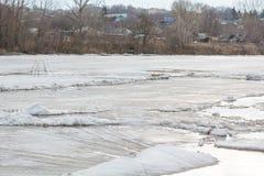 Lód topi na rzece Icebreaker na rzece Mnóstwo lód unosi się wzdłuż rzeki Lód topi Zdjęcia Royalty Free