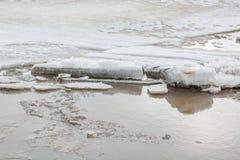 Lód topi na rzece Icebreaker na rzece Mnóstwo lód unosi się wzdłuż rzeki Lód topi Zdjęcie Stock