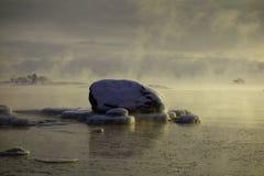 Lód zakrywał skałę w morzu który jest wokoło marznąć Zdjęcie Stock