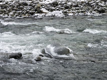 Lód zakrywający kołysa w Piaskowatej rzece z pieczarkowymi czapami lodowa Zdjęcie Royalty Free