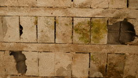 Löcher in der Decke maded von cocrete Blöcken im alten verlassenen Gebäude stockbild