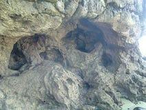 Löcher in einem Felsen lizenzfreie stockfotografie