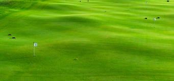 Löcher und Bunker auf dem Golfplatz Stockfoto
