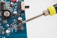 Löda av elektroniska delar på PCBEN royaltyfri bild