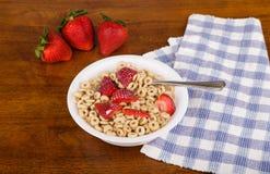 Löffel in den frischen Erdbeeren auf Hafer-Getreide mit Milch Stockfotos