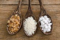 Löffel des Holzes drei mit Salz, Reis und kristallenem Zucker Lizenzfreies Stockfoto