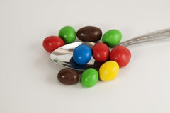 Löffel mit bunten Süßigkeiten Lizenzfreie Stockfotos
