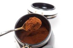 Löffel mit gemahlenem Kaffee Lizenzfreie Stockfotos