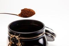 Löffel mit gemahlenem Kaffee Stockfotos