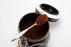 Löffel mit gemahlenem Kaffee Stockbild