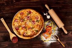 Löffel mit Tomatenkonzentrat und Pizza lizenzfreie stockfotografie