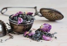 Löffel und ein Zylinder für Tee Lizenzfreie Stockfotografie
