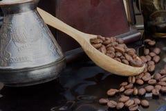 Löffel von Kaffeebohnen Lizenzfreie Stockfotos