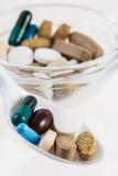 Löffel von verschiedenen bunten Pillen Lizenzfreie Stockfotografie