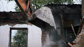 Löffelbagger graben defekte Ziegelsteine aus stock footage