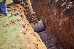 Löffelbagger - Graben eines Grabens stockbilder