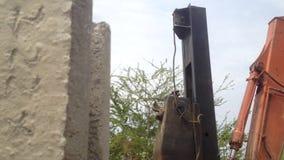 Löffelbagger mit einem Hammerstahl häuft Gerät an der Baustellepfahlgründung an stock video footage