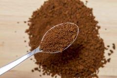 Löffeln Sie voll vom gemahlenen Kaffee und von den Kaffeebohnen Stockfotografie
