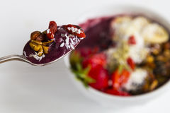 Löffelvoll von Acai-Frühstück Stockfoto
