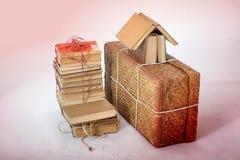 Lögn för gamla böcker bredvid den gamla resväskan Royaltyfri Fotografi