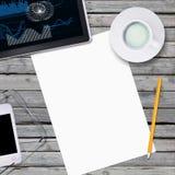 Lögn på arket och kontor för trägolv det tomma pappers- Royaltyfri Fotografi