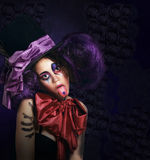 Löjlig komediförfattare i teatralisk hattvisningtunga Royaltyfri Fotografi