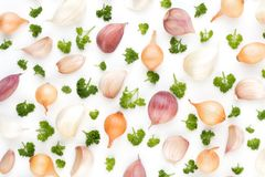 Lök och kryddor som isoleras på vit bakgrund, bästa sikt Wallpap Arkivfoton