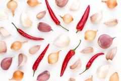 Lök och kryddor som isoleras på vit bakgrund, bästa sikt Wallpap Royaltyfri Foto
