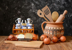 Lökar och tillbehör för att laga mat mat Fotografering för Bildbyråer
