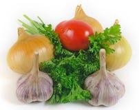 Lökar vitlök, tomat, persiljasidor Arkivfoto