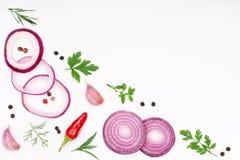 Lökar, vitlök, varm peppar och kryddor som isoleras på vit bakgrund Top beskådar Arkivfoton
