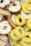 Lökcirklar och rostade bröd Royaltyfri Foto