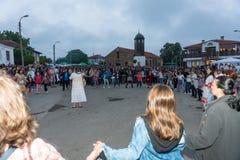 lökformig Den stora aftondansen på Nestenaren spelar i byn av bulgarer Royaltyfria Bilder
