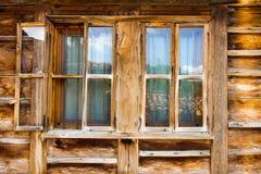 lökformig Fönster med stänger i lantbrukarhemmet Arkivbilder