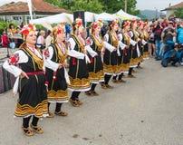 lökformig Konserten av den nationella helheten för dansen för kvinna` s på Nestenaren spelar i byn av bulgarer royaltyfria bilder