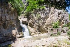 lökformig Vattenfall nära den Dryanovo kloster Arkivfoto