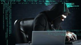 Lömsk en hacker som arbetar på två datorer royaltyfri illustrationer