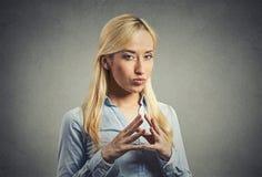 Lömsk, slug beräknande ung kvinna som konspirerar hämndplan Arkivbilder