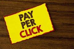 Lön för handskrifttexthandstil per klick Begreppsbetydelsen får pengar från besökareannonser som annonserar SEO Marketing skriftl Arkivbild