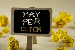 Lön för textteckenvisning per klick Det begreppsmässiga fotoet får pengar från besökareannonser som annonserar SEO Marketing skri royaltyfria bilder