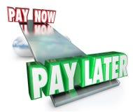 Lön nu Vs senare plan för amortering för kreditering för fördröjningbetalninglån Arkivfoton