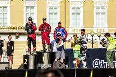 Lönande vinnare på adrenalin rusar Moto fristilshow på royaltyfri bild