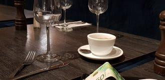Lönebeskedet tjänade som på tabellen i restaurang fotografering för bildbyråer