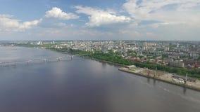 Löneförhöjning ovanför staden från floden stock video