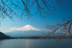 Löneförhöjningar för Mt Fuji ovanför sjön Kawaguchi royaltyfria foton