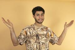 Lönelyften för den unga mannen räcker upp Royaltyfria Foton