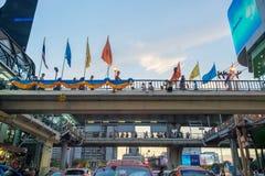 Lönman och arbetare som går på bron på mittsegermonumentet royaltyfria foton